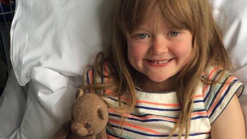 La piccola Belle in un letto d'ospedale ma sempre sorridente. Immagine: Belles story/Facebook