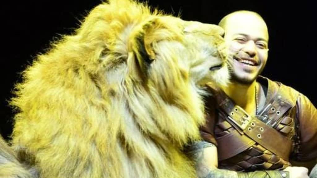 Leone attacca l'addestratore durante uno spettacolo del circo