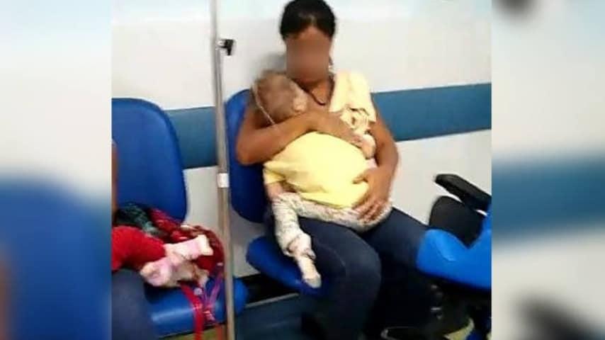 L'immagine della mamma che tiene tra le sue braccia Diogo ripresa da molti pazienti. Fonte: Bill Guerra Mochilink/Facebook