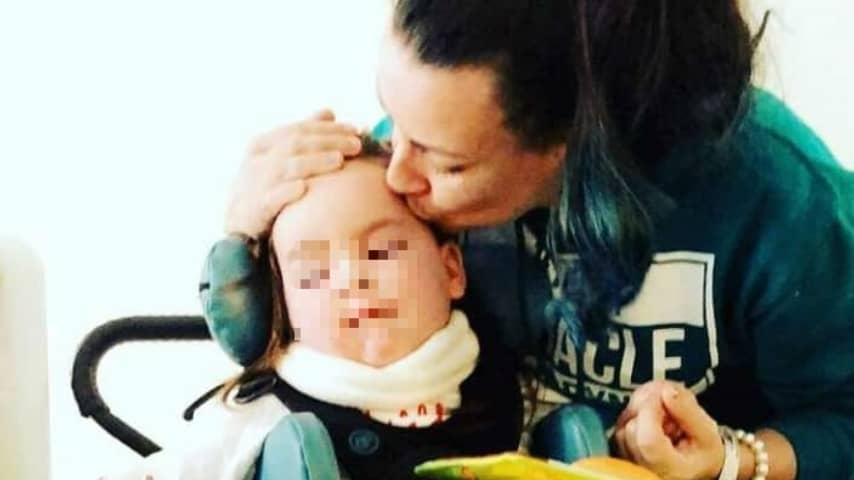Mamma Vicky lotta contro la malattia della sua bambina Mirryn (Foto Facebook)