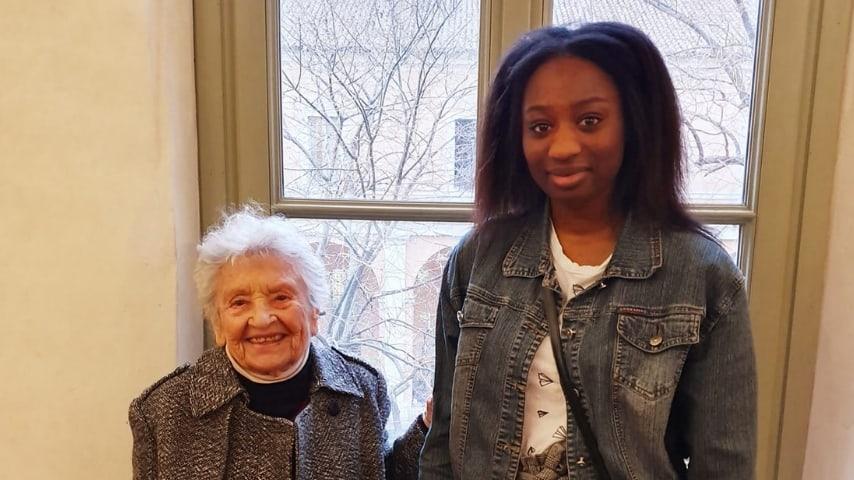 La 94enne Maria Teresa Branduzzi insieme a Diarra Diouf, 18 anni, candidate nella stessa lista civica e ritratte in uno scatto insieme sorridenti