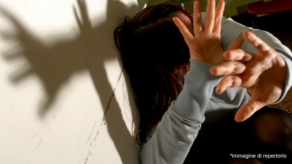 Minorenne violentata per anni dal padre orco mentre la madre non era in casa