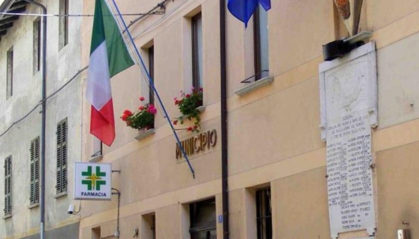 Municipio di Ozegna con diverse bandiere