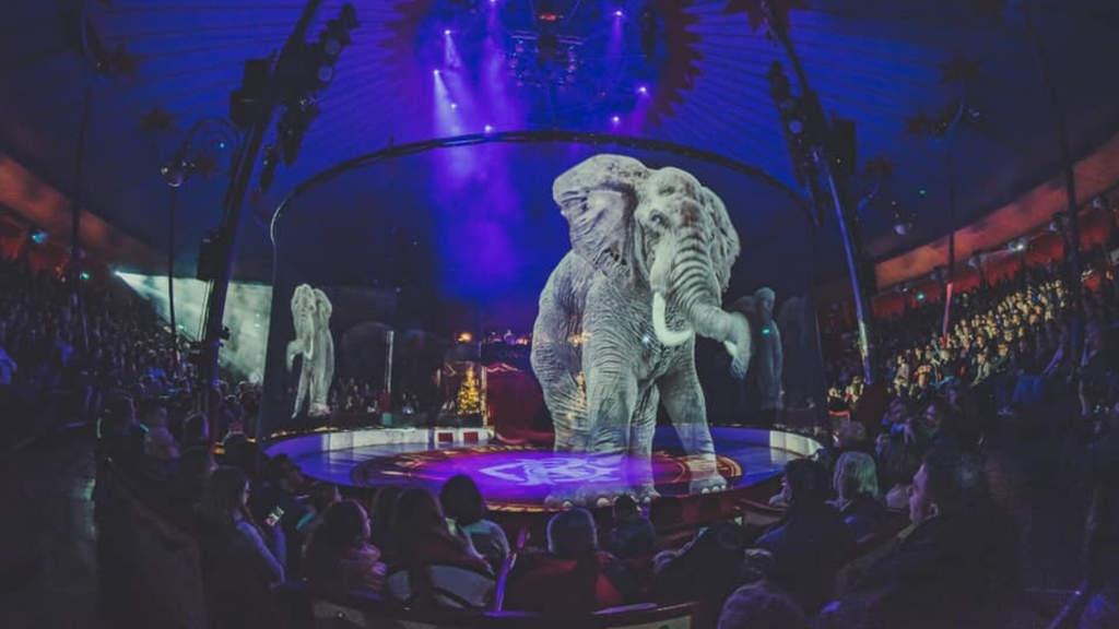 Enorme ologramma di elefante dentro il tendone di un circo