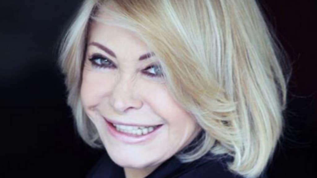 Paola Quattrini sorride. Foto su sfondo nero