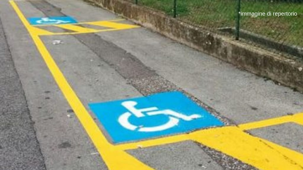 Parcheggia la Ferrari nel posto disabili, insulti al posto delle scuse