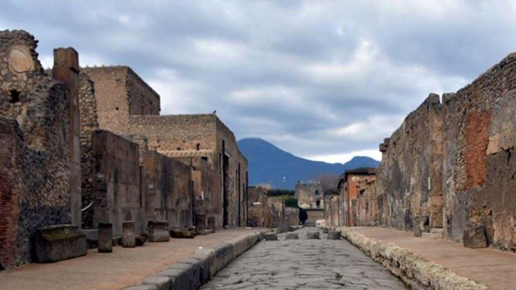 Pompei, turista ruba pezzi di mosaico, fermata dai carabinieri