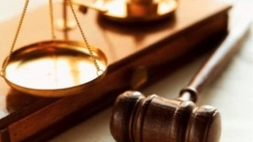 bilancia simbolo della giustizia e martello del giudice