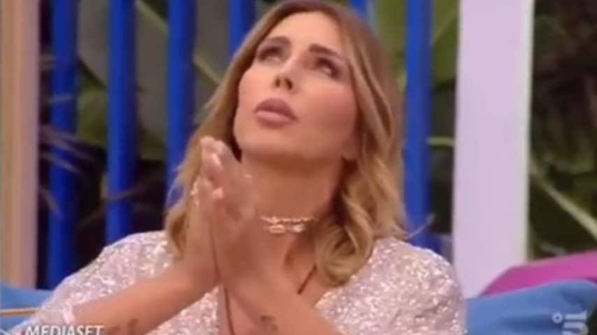 Guendalina Canessa si scontra con Francesca De André