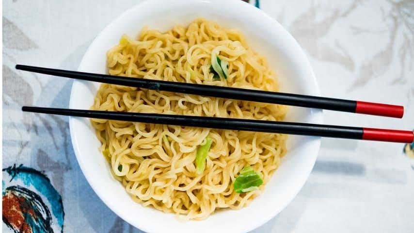 scodella di zuppa cinese con bacchette