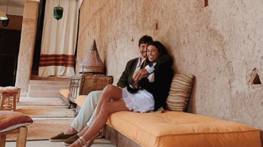 Belen Rodriguez e Stefano De Martino seduti e abbracciati su un divano