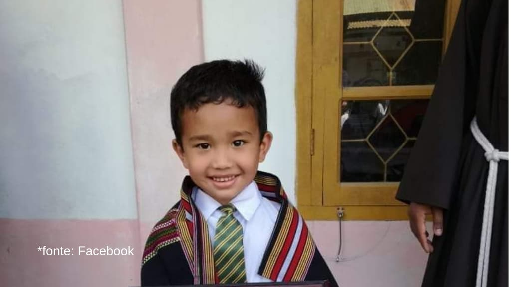 Un bambino sorride felice in divisa scolastica