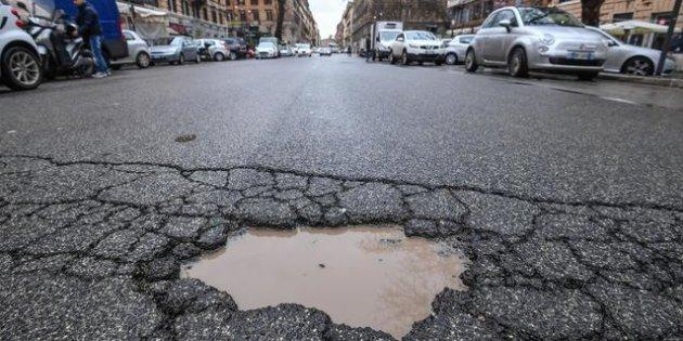 Una buca stradale nel quartiere Prati, Roma, 6 marzo 2018. ANSA/ALESSANDRO DI MEO