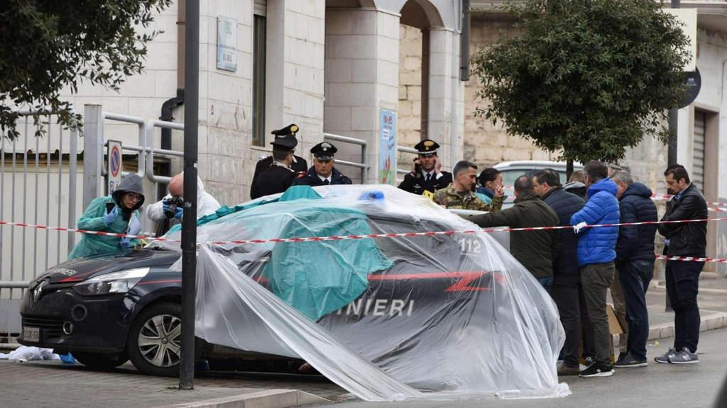 l'auto dei carabinieri vittime di sparatoria oggi a Foggia coperti da teli
