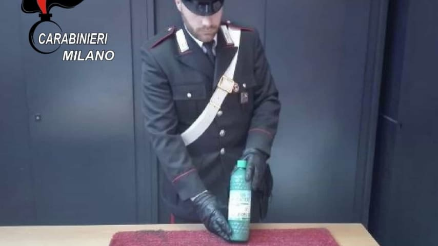I Carabinieri con la bottiglia di acido