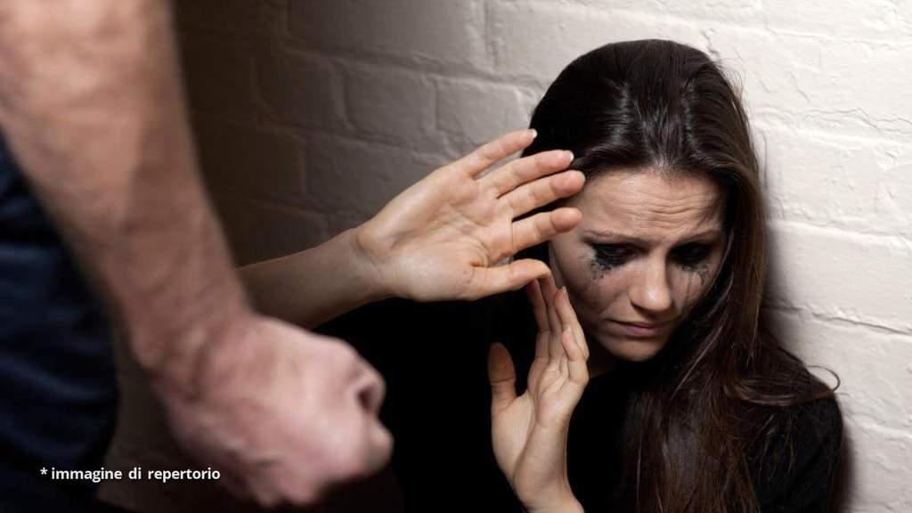 Catania: il marito la picchia, la minaccia e la costringe a compiere atti sessuali col figlio 12enne
