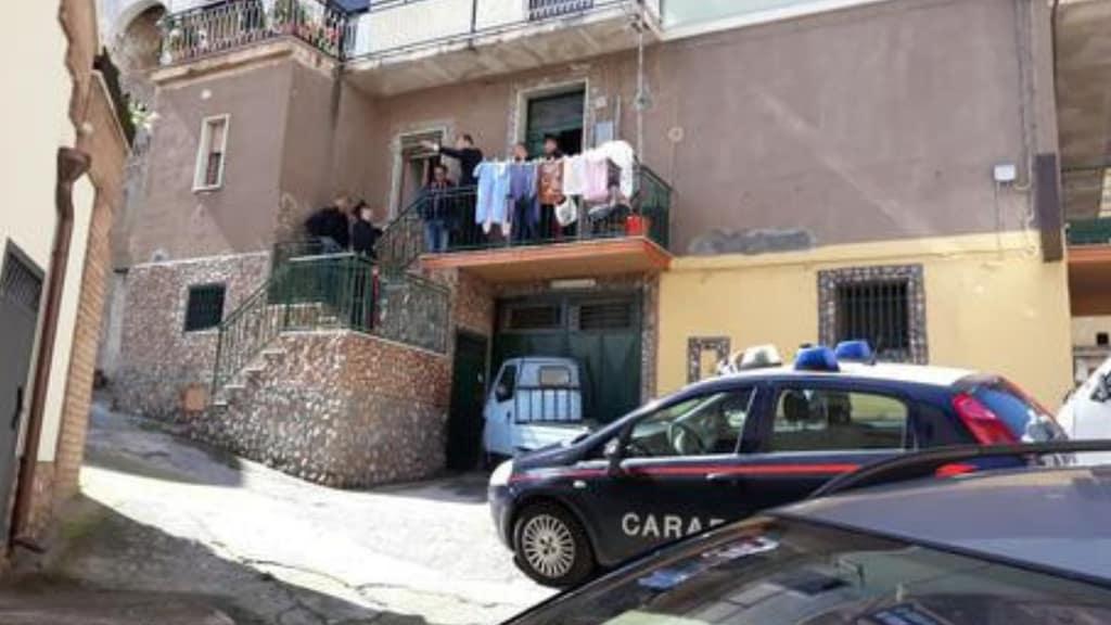 la faccia della casa della vittima con innanzi una volante dei carabinieri