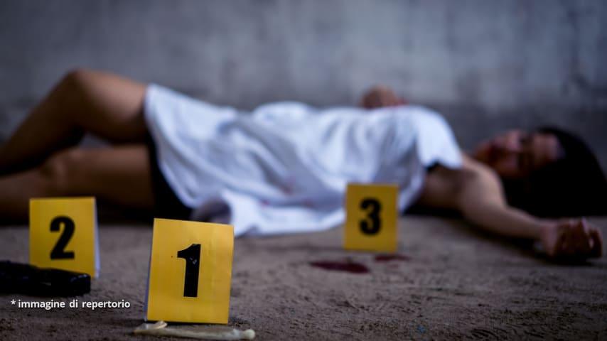 Il corpo della giovane donna è stato trovato riverso in un fossato. La giovane era completamente nuda