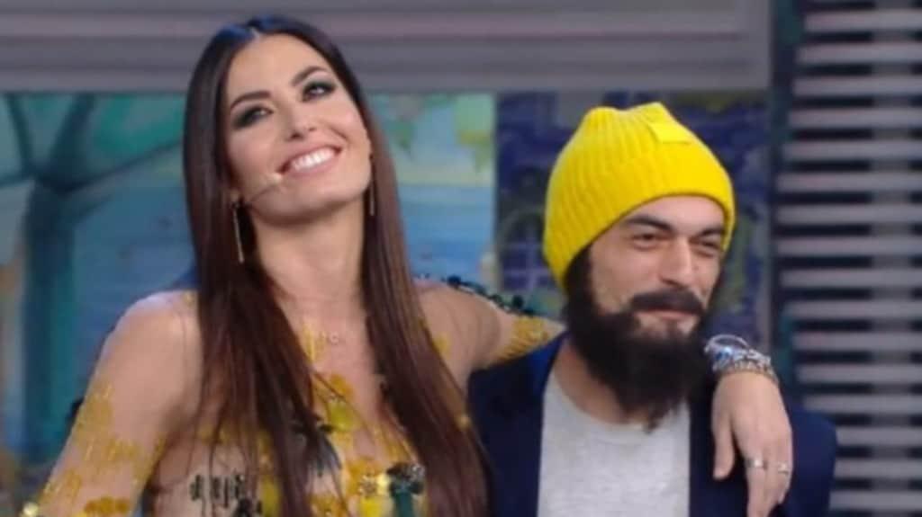 Elisabetta Gregoraci abbraccia in diretta Gino Fastidio, che le regala una rosa e le chiede ufficialmente scusa