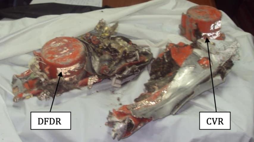 A sinistra il registratore dei dati di volo (DFDR) e a destra il  registratore di conversazione cabina (CVR). Foto: Aircraft Accident Investigation Bureau