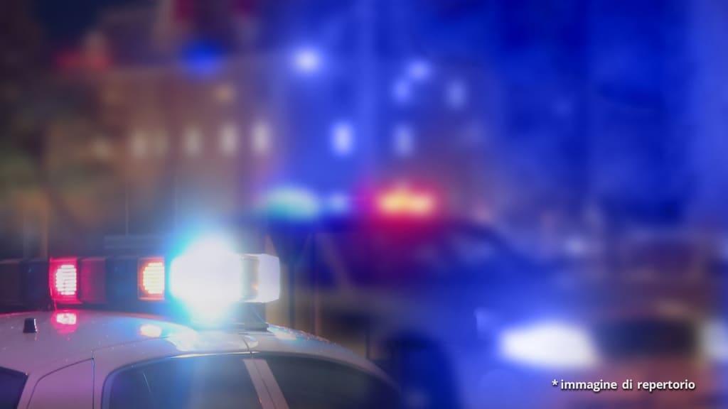 volanti delle forze dell'ordine con luci accese