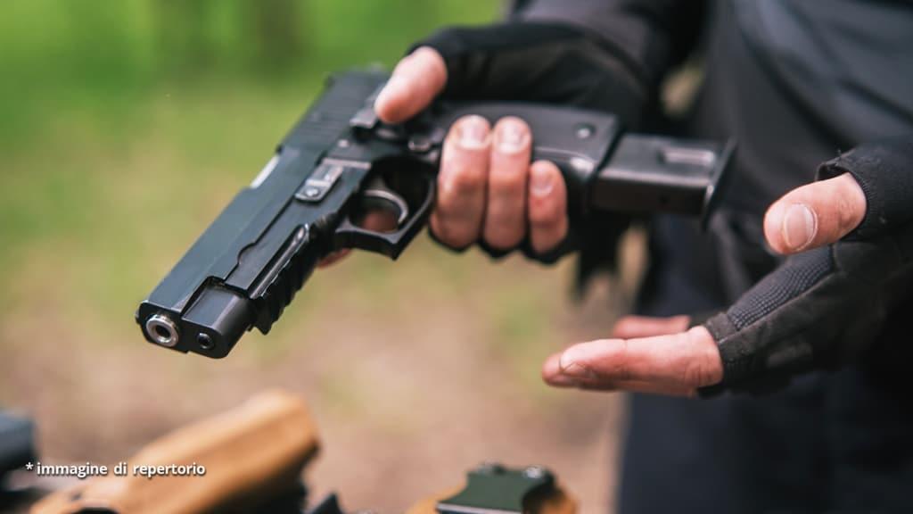 uomo con pistola in mano