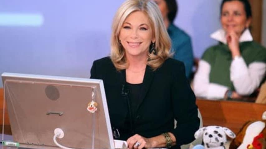 Rita Dalla Chiesa nello studio di Forum seduta alla scrivania con computer davanti