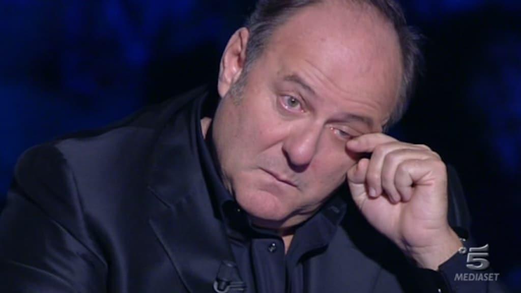 Gerry Scotti commosso non trattiene le lacrime