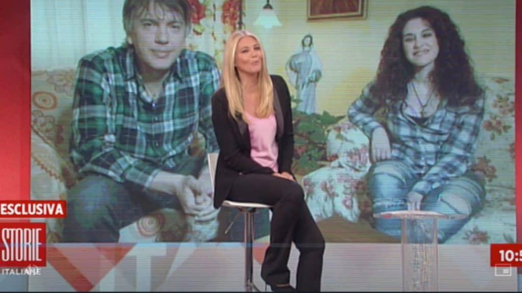 eleonora daniele seduta su uno sgabello al centro dello studio di storie italiane