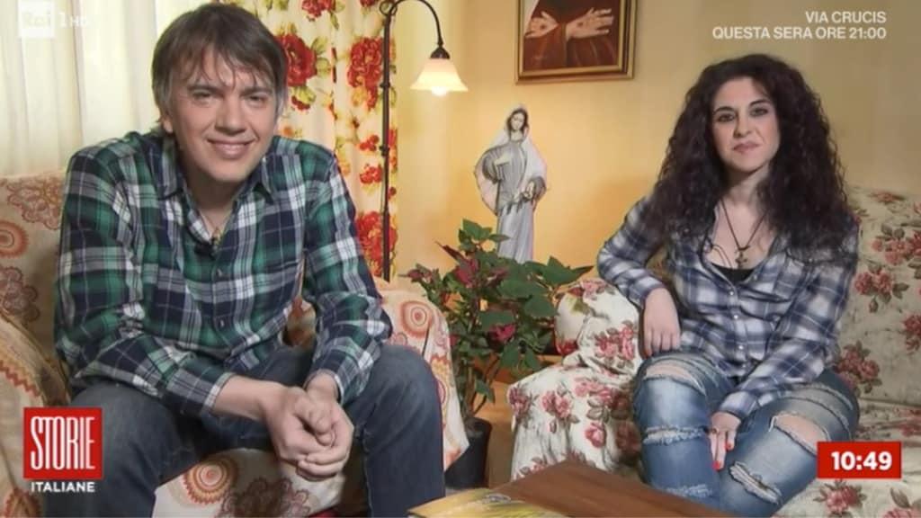 giacomo celentano seduto sul divano vicino alla moglie katia