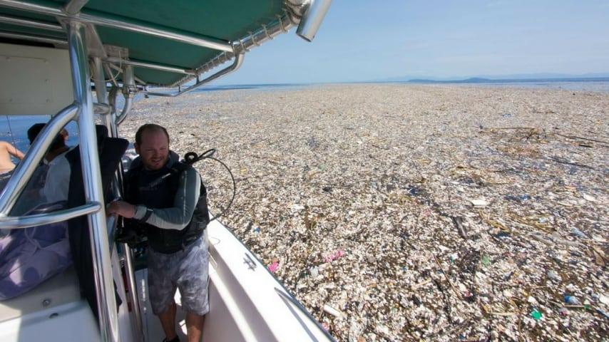 Tenerife: la spiaggia piena di rifiuti