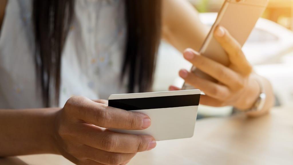 mano cellulare carta credito