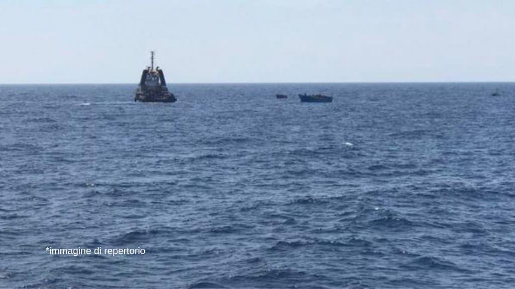 mare con nave all'orizzonte