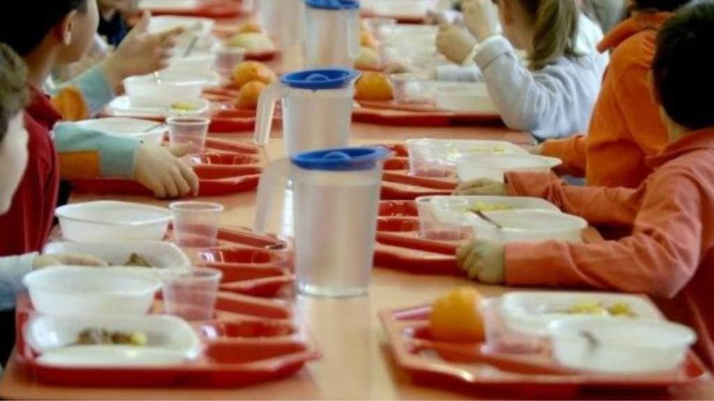 bambini in una mensa scolastica