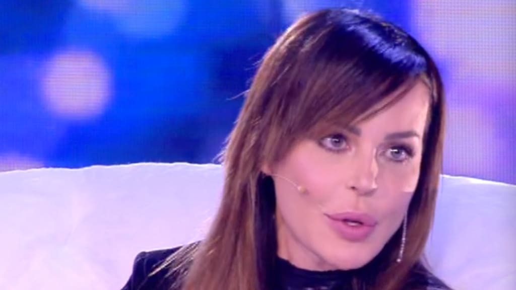 Nina Moric a Live