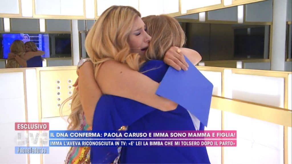 paola caruso e la mamma imma mentre si abbracciano