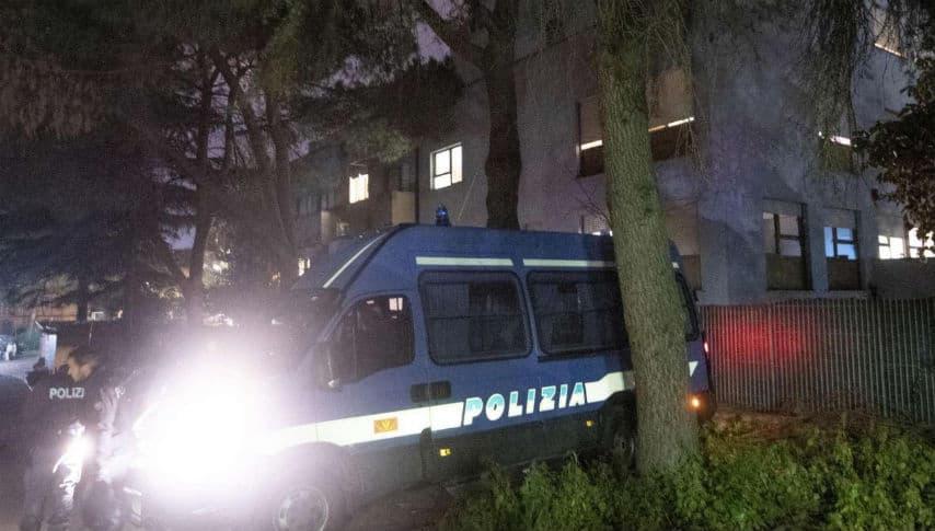 polizia durante la protesta rom