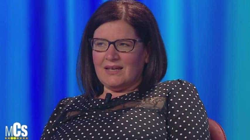 Raffaella Lucanto, mamma di Angela, parla in televisione durante un'intervista al Maurizio Costanzo Show.