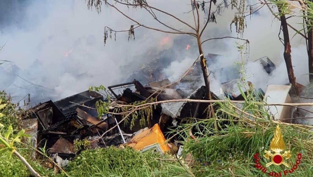 fiamme nella discarica a roma