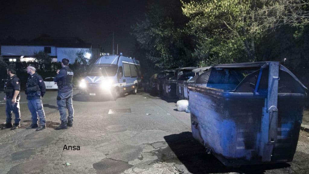 cassonetti bruciati durante protesta contro i roma a roma