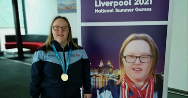 Shauna posa vicino a un cartello delle Olimpiadi 2021