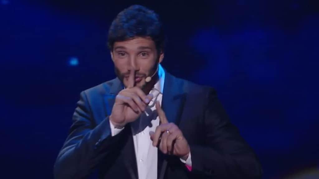 Stefano De Martino con la fede al dito a Made in Sud