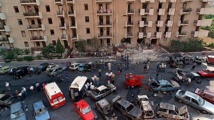 fotografia scattata dall'alto di un palazzo frontale alla dimora del magistrato borsellino poco dopo l'attentato in via d'amelio nel 1992
