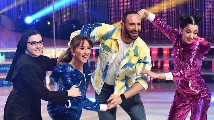 """Suor Cristina si esibisce in uno scatenato charleston con il suo team, in gara a """"Ballando con le stelle"""""""
