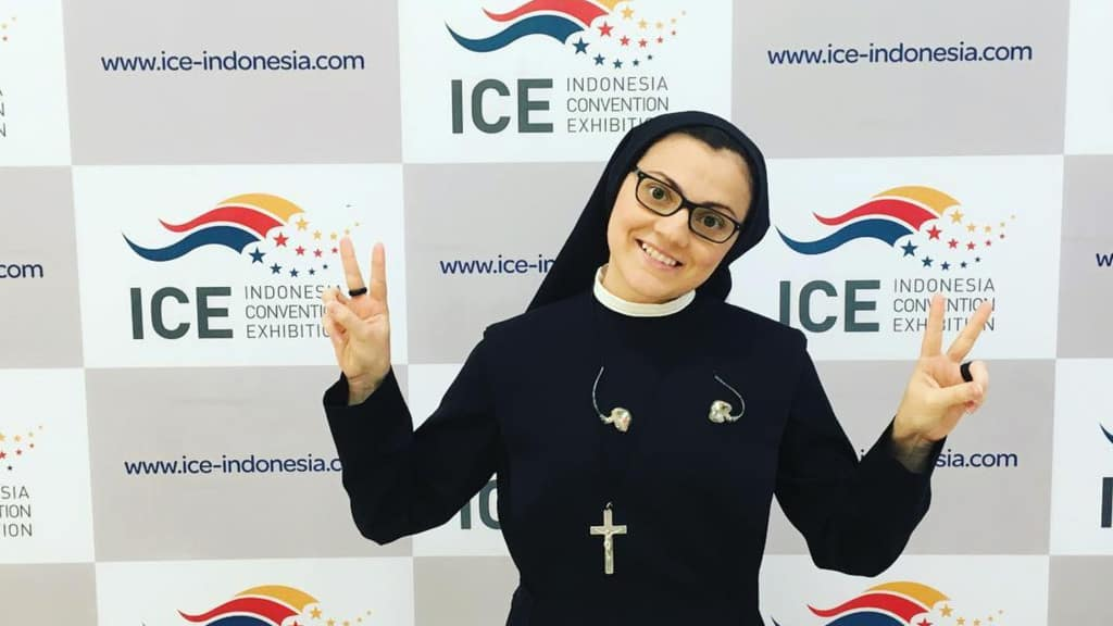 Suor Cristina in posa durante un concerto benefico in Indonesia