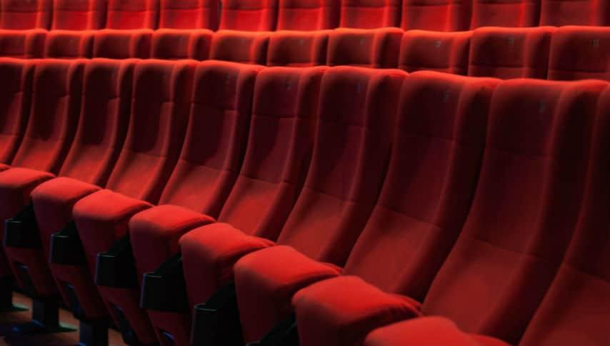 file di poltrone rosse in una sala