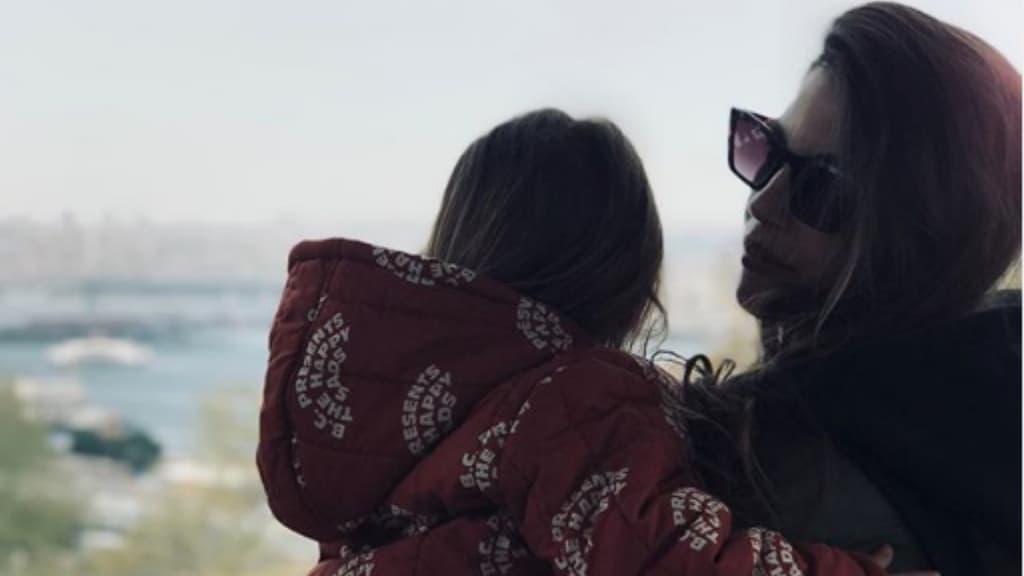la figlia di astori di spalle mentre è in braccio alla mamma francesca fioretti