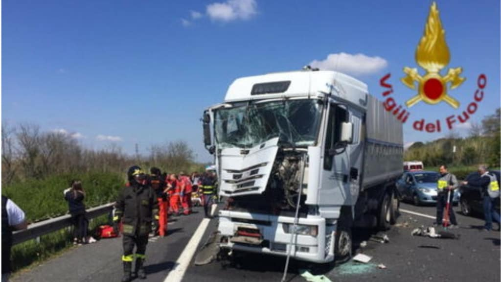camion incidentato in un'autostrada