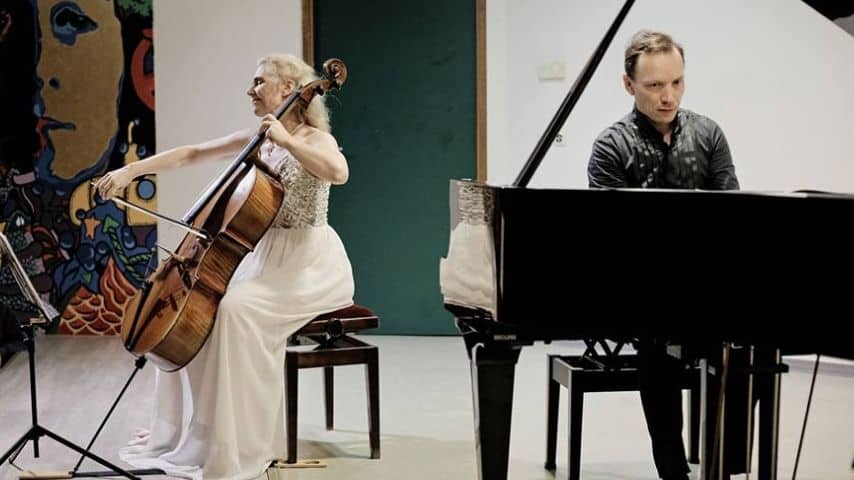 Claire Oppert mentre si esibisce con Roustem Saïtkoulov. Immagine: Musique En Polynésie/Facebook