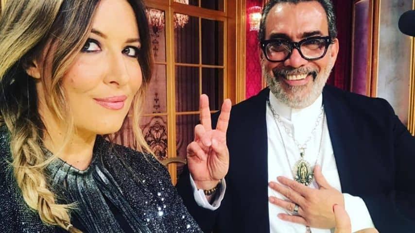 Durante una puntata di Ballando con le stelle con uno degli altri giudici, lo stilista Guillermo Mariotto. Immagine: Selvaggia Lucarelli/Facebook